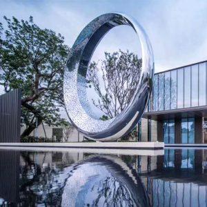 景观不锈钢雕塑有着怎样的魅力?