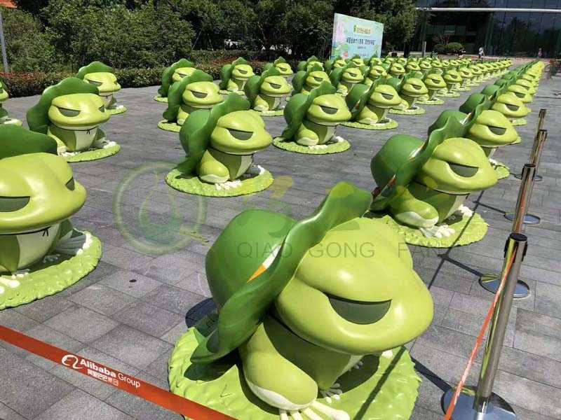 户外玻璃钢旅行青蛙雕塑门店引流幼儿园美陈园林景观草坪装饰摆件